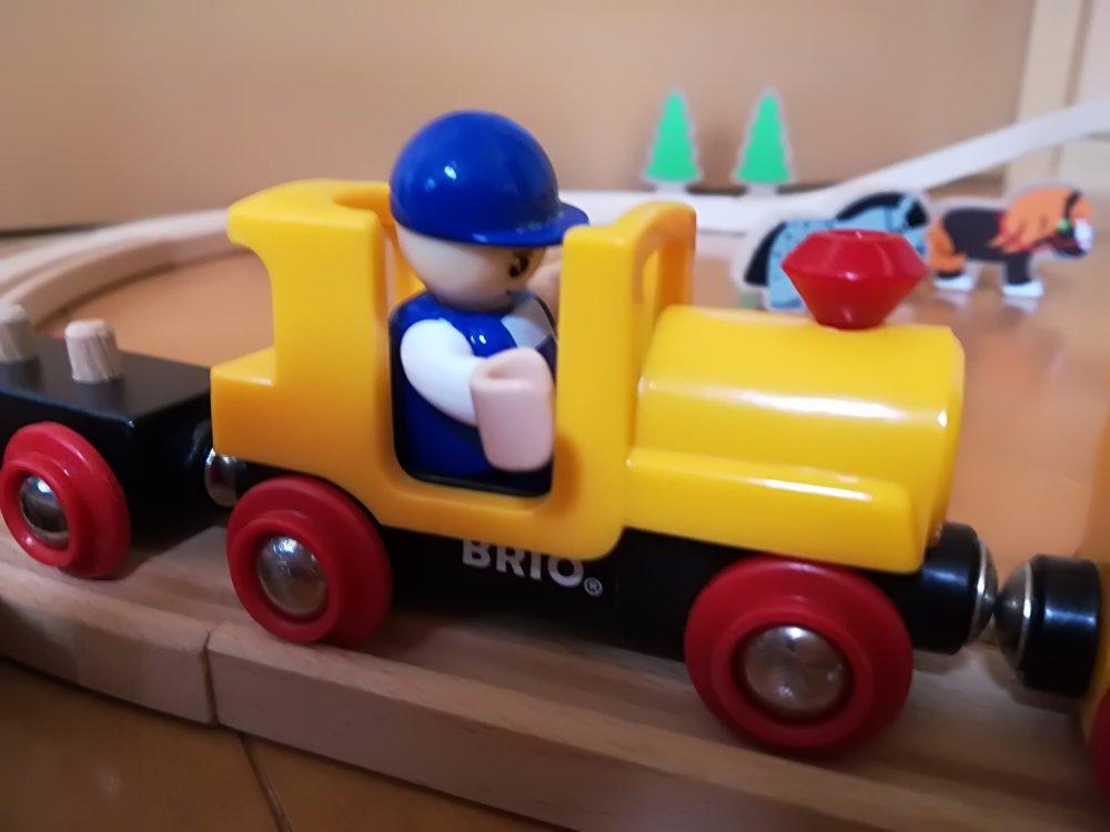 車に乗ったブリオの人形